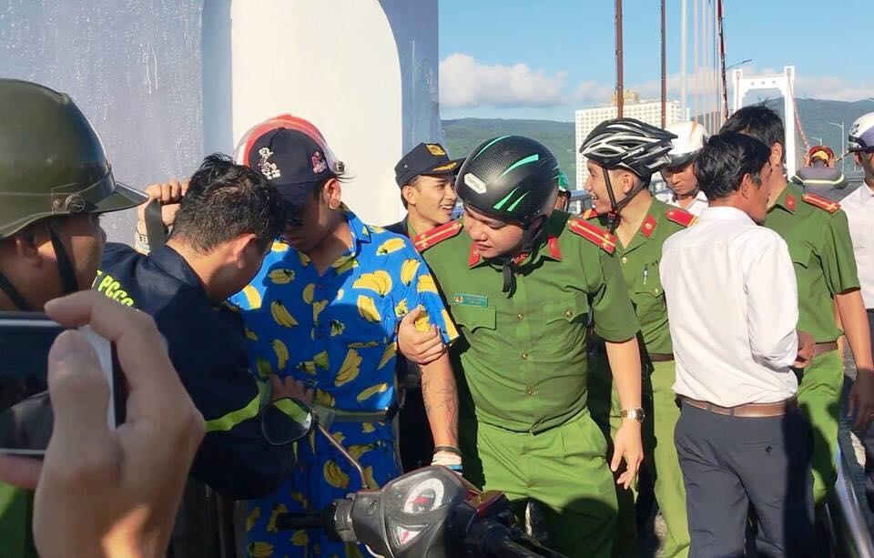 Nam thanh niên leo lên đỉnh trụ cầu Thuận Phước để quay clip 'câu view'