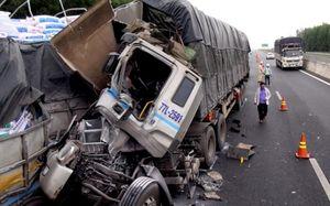 Tông vào đuôi xe tải dừng trên cao tốc, phụ xe tử vong
