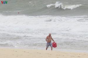 Hình ảnh du khách quốc tế dửng dưng với bão số 9, vẫn ra tắm biển