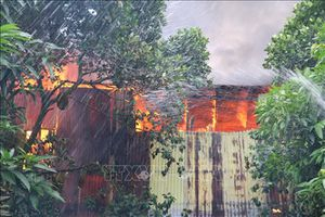 Cháy nhà gỗ, lan sang 3 căn nhà bên cạnh, 4 xe cứu hỏa mới dập tắt
