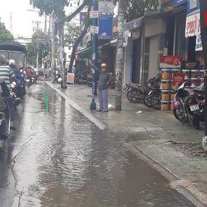TP.HCM: Sáng đầu tuần sau bão số 9, cuộc sống người dân bị đảo lộn
