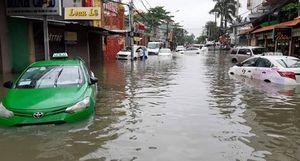 Người dân TP HCM khốn khổ trong biển nước