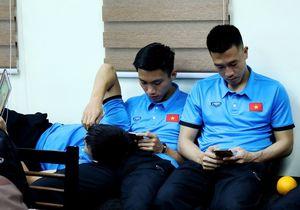 Đội tuyển Việt Nam vạ vật, mệt mỏi vì chờ đợi ở sân bay Bacolod