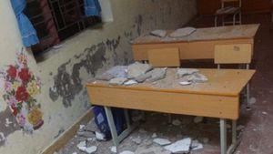 Ba học sinh tiểu học nhập viện do mảng trần lớp học rơi xuống