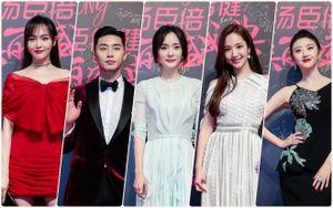 Cùng dự sự kiện COSMO nhưng hai cặp Park Min Young - Park Seo Joon và Dương Mịch - Đường Yên không đứng cùng nhau