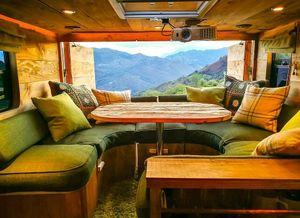 Biến xe tải thành căn nhà gỗ sang trọng để du lịch vòng quanh thế giới