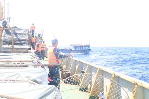 Vùng 3 Hải quân cứu hộ tàu cá ngư dân gặp nạn trên biển