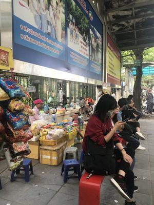 Hàng quán bủa vây vỉa hè, bến xe bus