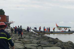 Tàu chở dầu đâm vào chân cầu cảng Đà Nẵng
