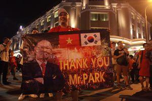 Hàng nghìn cổ động viên xuống đường mừng chiến thắng của tuyển Việt Nam