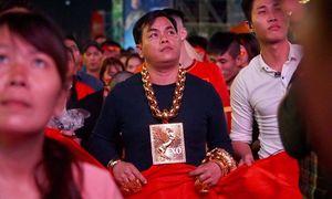Thanh niên Sài Gòn đeo chục cây vàng đi xem bóng đá
