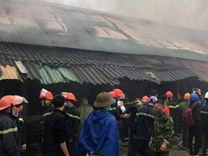 Nghệ An: Cháy lớn ở kho hàng sau chợ Vinh