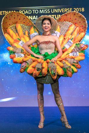 H'Hen Niê diễn trang phục 'Bánh mỳ' tại Miss Universe 2018