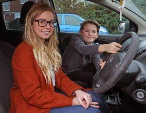 Cậu bé 8 tuổi cứu nguy như anh hùng khi mẹ co giật lúc lái xe