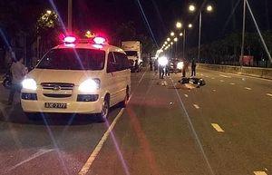 Xe máy nổ lốp khi đang lưu thông, cô gái đội mũ bảo hiểm ''rởm'' tử vong