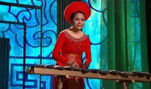 Phó TGĐ Tân Hiệp Phát Trần Uyên Phương gây bất ngờ khi chơi đàn đá trong đêm nhạc