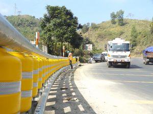 Lắp đặt rào chắn bánh xoay tại 'điểm đen' Dốc Cun trên QL6