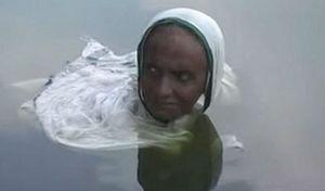 Mắc căn bệnh bí hiểm, người phụ nữ thành 'nàng tiên cá' suốt 20 năm ở dưới nước