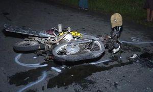 Xe máy nát bét sau tai nạn với xe Camry đêm Noel, một người nguy kịch