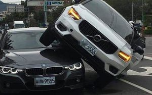 Người phụ nữ lái SUV Volvo chặn đầu, leo lên nóc xe BMW của chồng vì nghi chở nhân tình