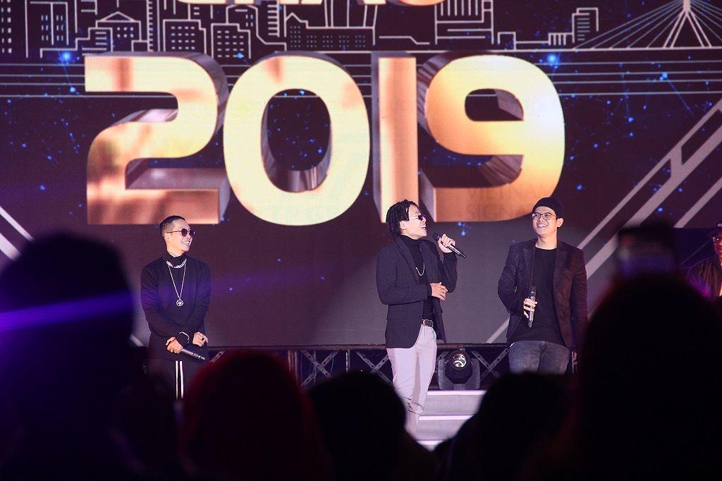 Dàn nghệ sĩ quẩy cùng khán giả Đà thành chào năm mới