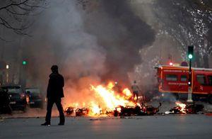 Thủ đô Paris chìm trong khói lửa ngay trong những ngày đầu năm mới