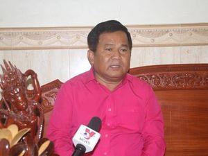 Nhà báo Khieu Kola trả lời phỏng vấn phóng viên TTXVN