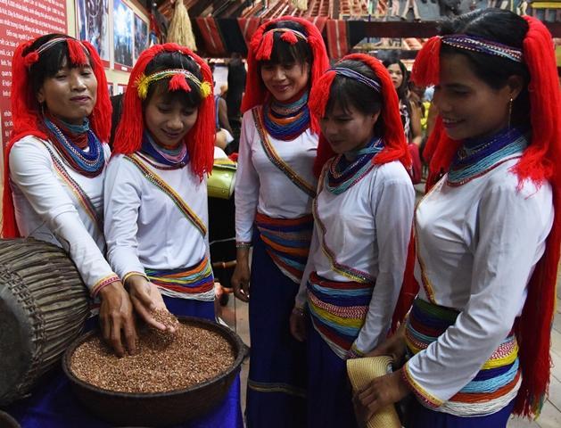 Quảng Ngãi: Vẻ đẹp trang phục dân tộc Cor