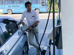 Bức ảnh đổ xăng gây tranh cãi của Bộ trưởng trẻ nhất lịch sử Malaysia