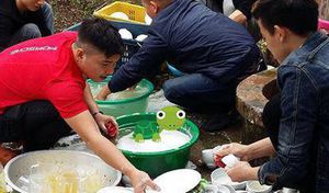 Đám cưới ở Thái Bình: Hội anh em ga lăng rửa bát đũa nhận 'cơn mưa lời khen'