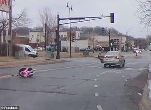 Thót tim cảnh em bé văng ra khỏi ô tô đang chạy
