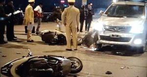 Xe Toyota Innova lấn làn, tông 2 xe máy, 4 người nguy kịch