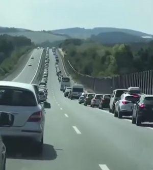 Hàng trăm ôtô xếp hàng dài, nhường đường cho xe cấp cứu