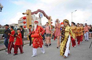 Phố cổ Hội An rước 'Sắc bùa chúc Xuân' tại hội Tết Nguyên đán