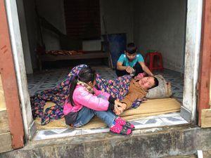 Xót xa cảnh cha bệnh nằm liệt giường, mẹ bỏ đi khiến 2 con nguy cơ thất học