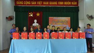 Viện kiểm sát nhân dân tỉnh Đồng Nai trao tặng 50 phần quà cho bà con nghèo đón tết