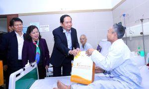 Chủ tịch Ủy ban Trung ương MTTQ Việt Nam tặng quà tết bệnh nhân ung thư