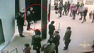 Tên trộm liều lĩnh 'điềm tĩnh' đánh cắp bức tranh cổ trước mắt khách tham quan bảo tàng