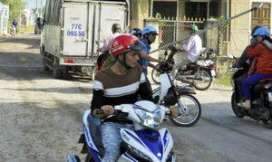 Tạm 'vá' đường để dân đón Tết