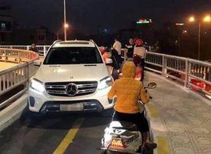 Tước bằng lái tài xế xe Mercedes chạy ngược chiều vào làn xe máy