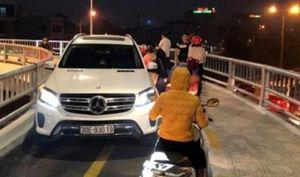 Tài xế Mercedes đi vào đường cho xe máy lĩnh kết đắng