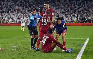 AFC vào cuộc vụ CĐV UAE ném giày dép vào tuyển Qatar