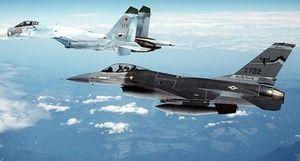 Su-27 chao cánh đuổi F-15 Mỹ tránh xa đoàn phi cơ Nga
