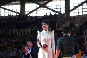 Hoa hậu H'Hen Niê tự tin diễn thuyết trước 1.200 sinh viên Philippines