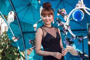 Thanh Hằng diện đầm đen quyến rũ dạo đường hoa ngày cuối năm