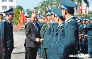 Thủ tướng Nguyễn Xuân Phúc kiểm tra, chúc Tết Sư đoàn Không quân 372