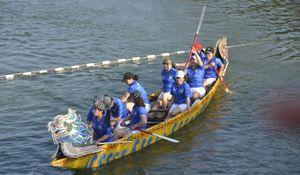 Chen chân xem Lễ hội đua thuyền