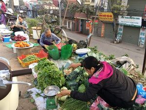 Mùng 3 Tết: Giá thịt 'leo thang', rau xanh tụt dốc