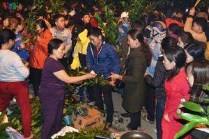 Độc đáo phiên chợ họp lúc nửa đêm Mồng 2 Tết ở Quảng Trị