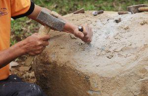 Độc đáo hội thi dùng tay chẻ đá nặng hàng trăm kg